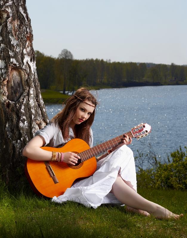 Banco De Imagenes Hermosa Chica Tocando Su Guitarra A Orillas Del