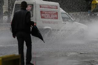 Καιρός: Σφοδρή καταιγίδα «σαρώνει» την Αττική