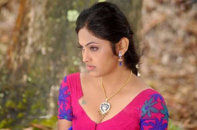 Tamil actress sampoorna spicy pics showing her cleavage looking so sexy