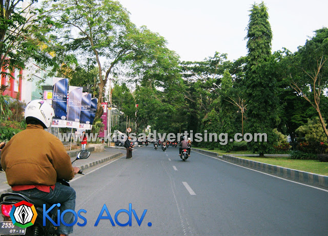 Jasa Pemasangan Street Vertical T Banner