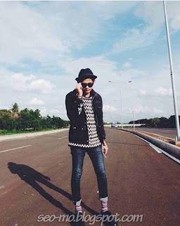 Foto Keren Miqdad Addausy Pakai Topi dan Kacamata