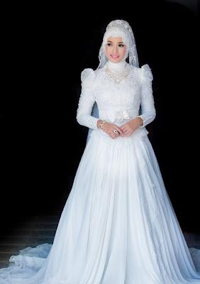 Gaun Sedernana dengan Gaun Pengantin Muslimah Warna Putih