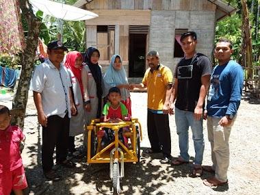 Zulkarnaini Caleg DPR RI Serahkan Becak Tangan Untuk Anak Disabilitas Di Abdya