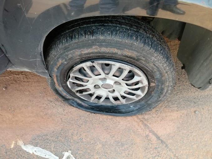 Veterinário tem carro danificado ao cair em buraco