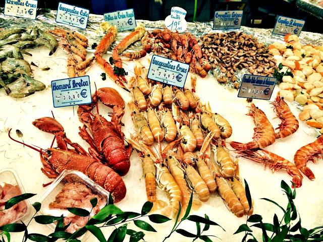 Owoce morza - co zjeść? Jakie owoce morza zamówić w restauracji? Krewetki, małże, kalmary - sposoby przyrządzania. Przewodnik kulinarny po owocach morza.