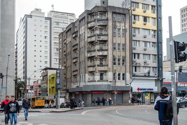 Edifício Tiradentes na Rua Cândido Lopes, esquina com a Praça Tiradentes