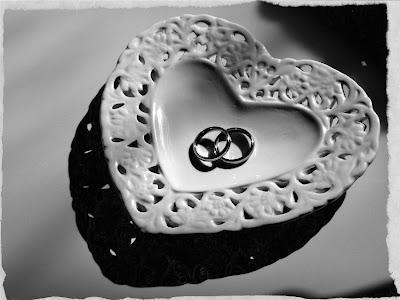Ringe auf herzförmigem Porzellan