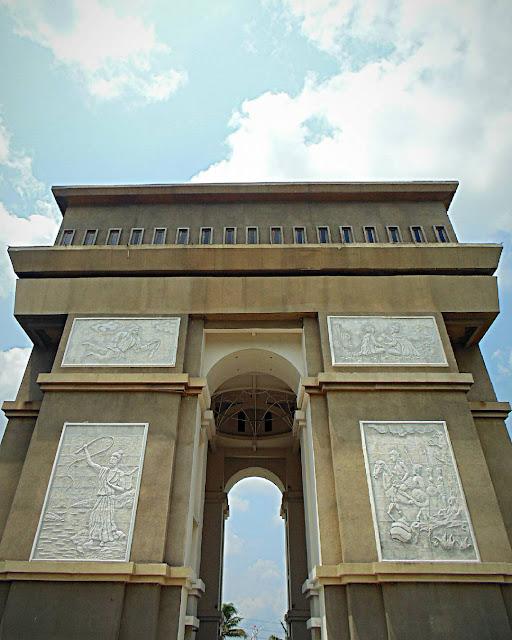 foto monumen simpang lima gumul