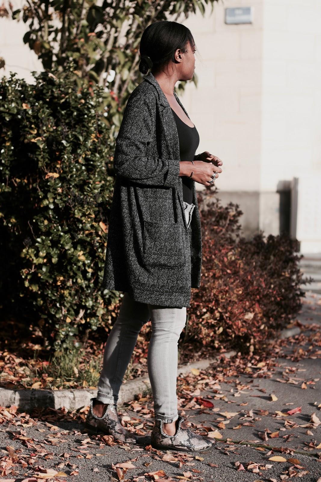 veste-grise-bottines-python-jeans-gris-body-noir