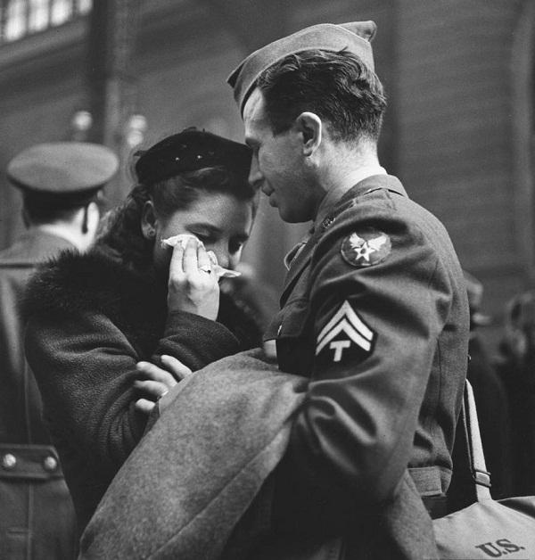 Perpisahan sepasang kekasih di sebuah stasiun di New York April tahun 1943