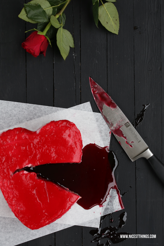 Bleeding Heart Cake Halloween blutendes Herz Kuchen blutiger Herzkuchen #halloween #herzkuchen #bleedingheartcake