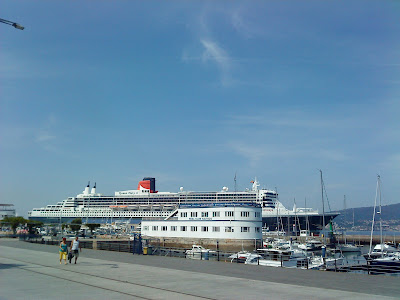 "The cruiser ""Queen Mary 2"" is moored in front of the docks of the Real Club Nautico de Vigo"