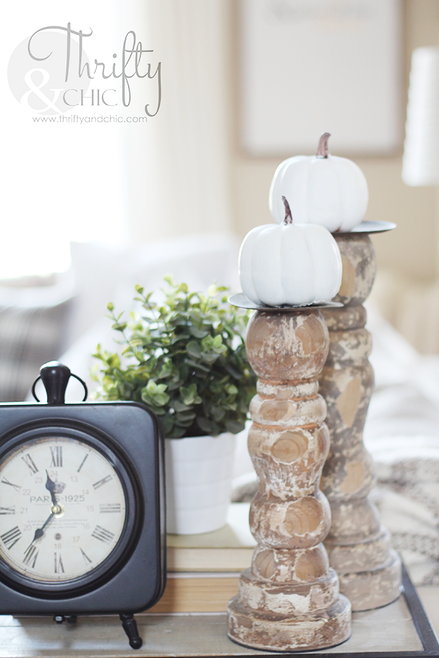 Farmhouse Fall decor and decorating ideas. Neutral fall decor. Living room fall decor and decorating ideas