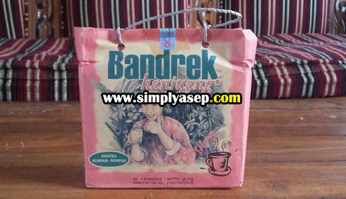 BANDREK HANJUANG : Iniah satu paket Bandrek Hanjuang dengan kemasan yang mungil nan menarik. Cocok untuk oleh oleh.  Foto Asep Haryono