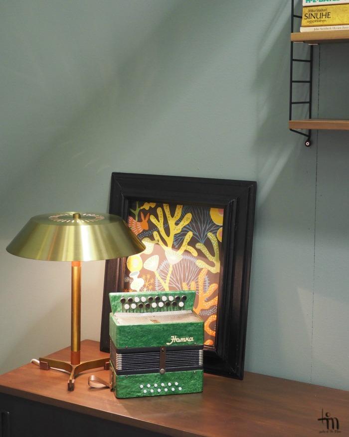 messinkinen pöytälamppu Åblogitalon olohuoneessa Rakenna ja Sisusta -messuilla