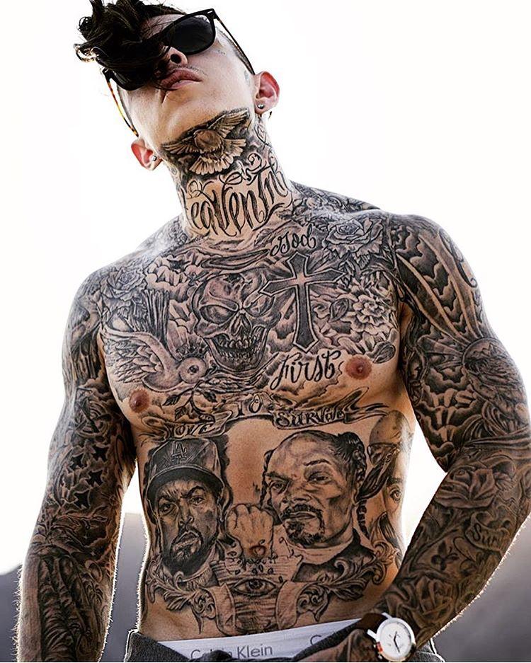 Joven pandillero con el cuerpo entero tatuado