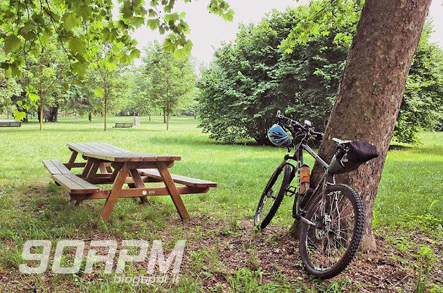 Area di sosta con tavolo e panche all'interno del parco della Villa reale di Monza.