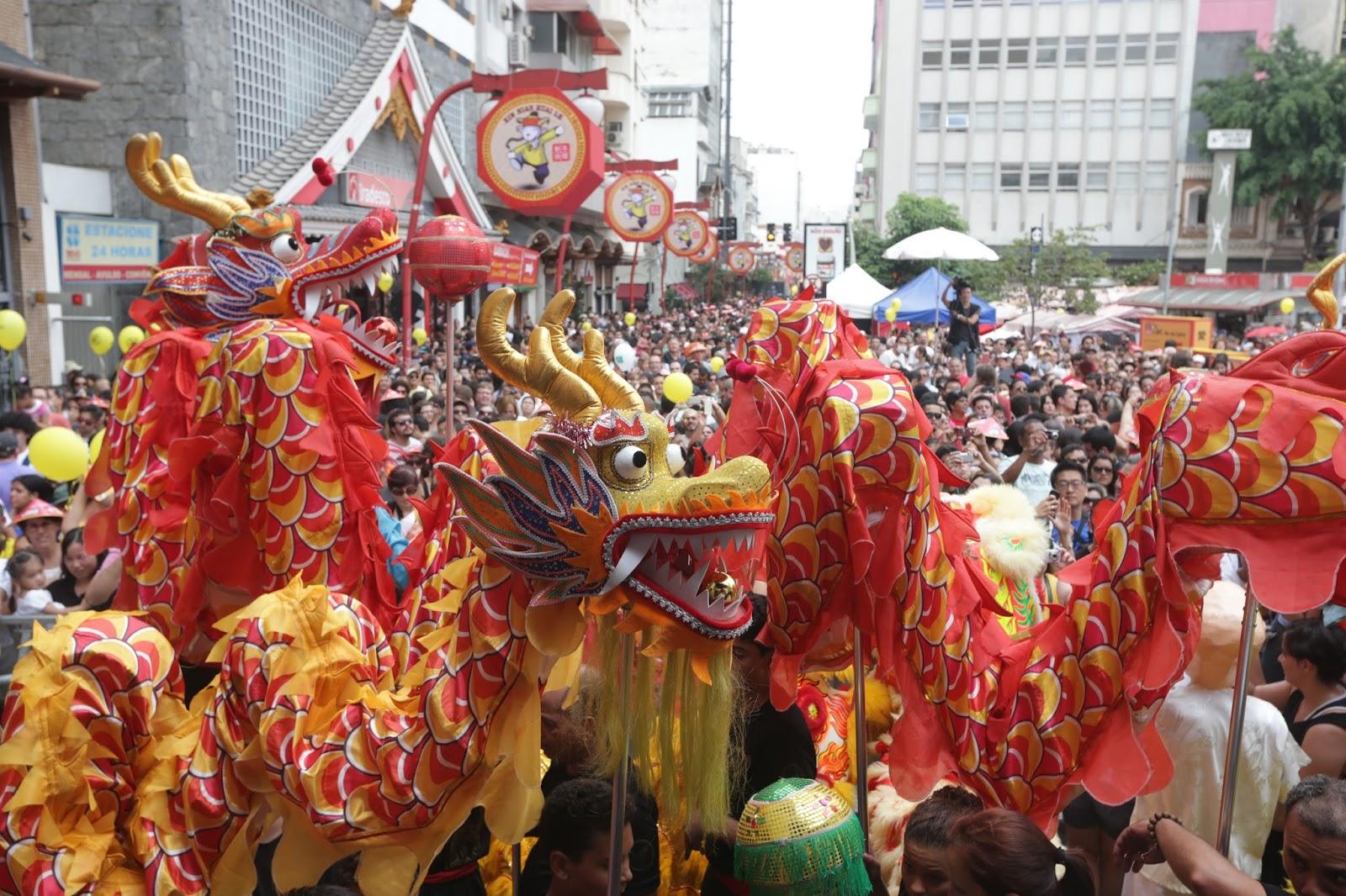 Dança do dragão, no bairro da Liberdade, em São Paulo - um dos espetáculos típicos e multicoloridoos das celebrações do ano novo chinês