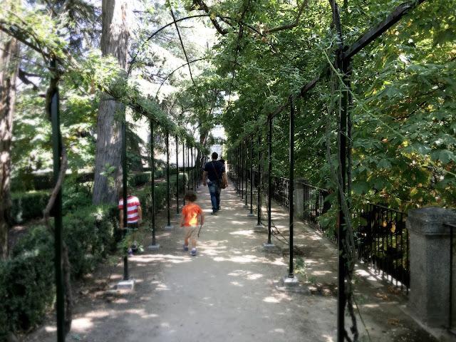 http://www.mediasytintas.com/2016/10/el-parque-de-el-capricho-un-lujo-para.html