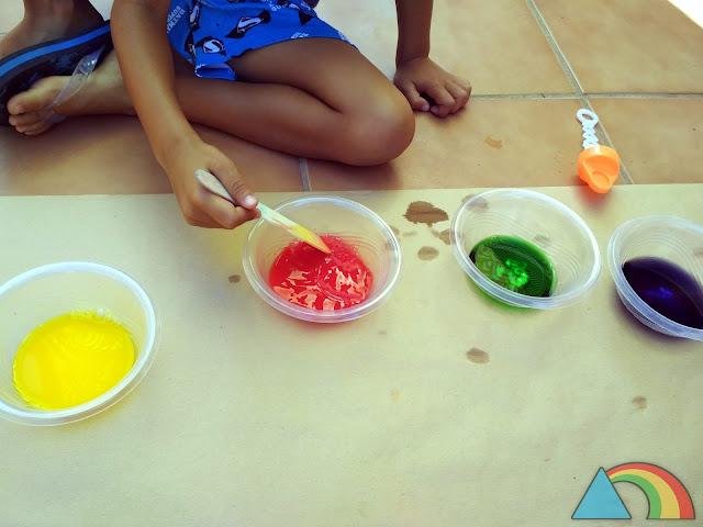 Pintando con líquido de pompas y pintura