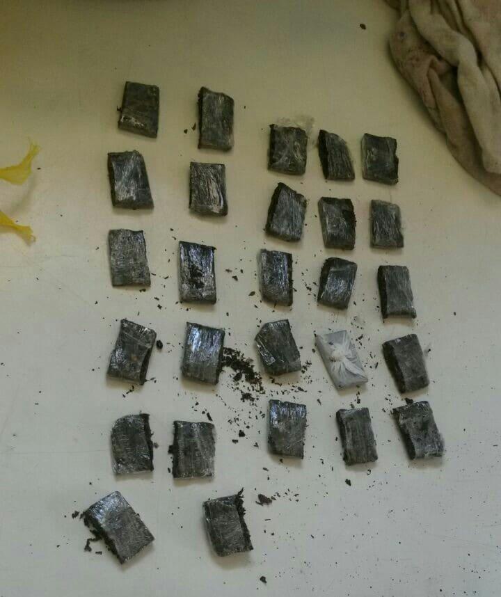 Embaixo do colchão foram encontrados  27 torrões de maconha.