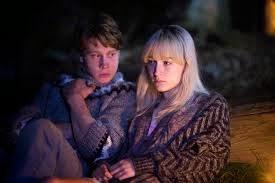 Daisy i Edmund przy ognisku