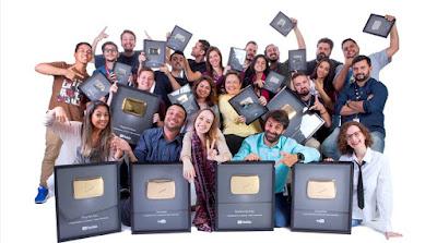 Equipe de conteúdo Multiplataforma do SBT, com placas conquistadas pelos milhões de inscritos no Youtube. Crédito: Gabriel Cardoso / SBT