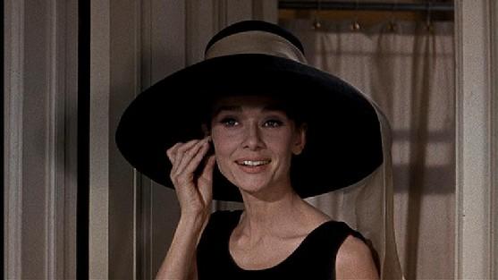 Coco Chanel navrhovala väčšinu outfitov pre herečku Audrey Hepburn vo filme  Raňajky u Tiffanyho. a1d27a85a6c