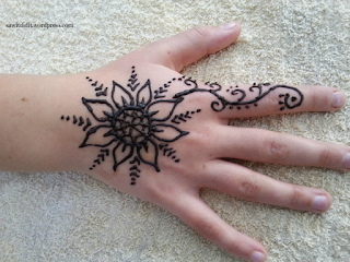 https://sawitdidit.wordpress.com/2016/07/11/school-holiday-activity-henna-tattoos-at-home/
