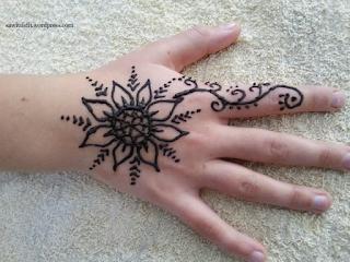 https://sawitdidit.wordpress.com/2016/07/11/school-holiday-activity-henna-tattoos-at-home/