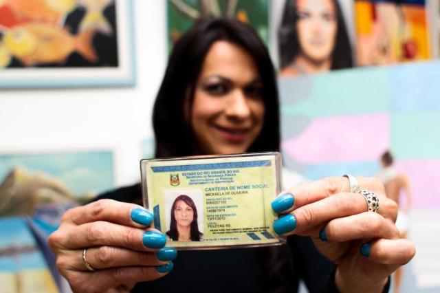 Carteira de nome social é emitida na Estação Cidadania de shopping em Belém