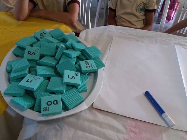 Bandeja das Sílabas, que é uma sugestão lúdica para auxiliar na alfabetização trabalhando sílabas simples e complexas.