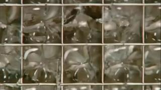 замерзший лед в решетке льдогенератора - кубиковый лед