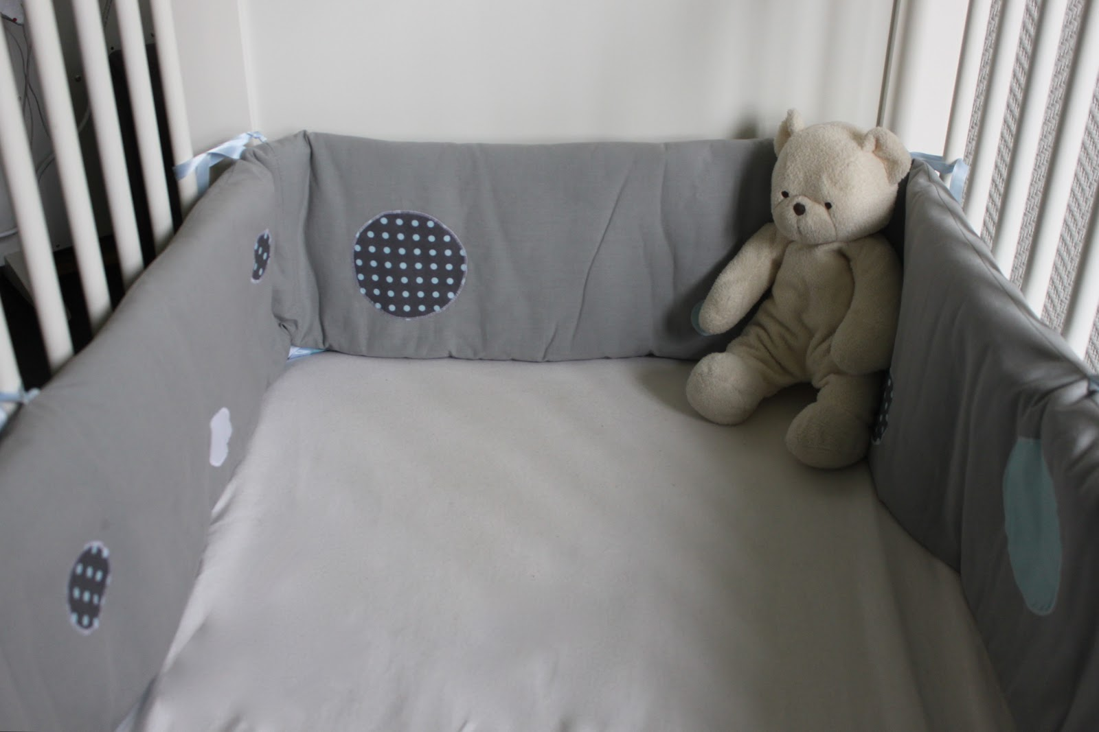 miss bee little coud pour vos p 39 tits bouts tour de lit complet 2 en 1 pois bleus gris et blancs. Black Bedroom Furniture Sets. Home Design Ideas