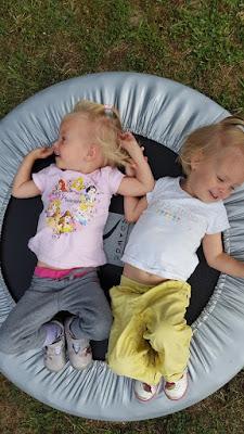 jumelles-identique-trampoline