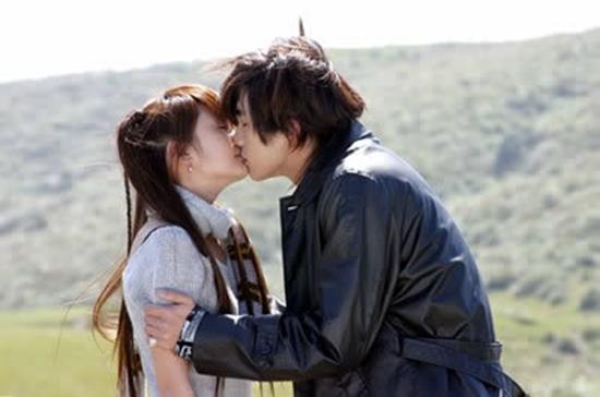 Ahmon e Qi Yue beijo