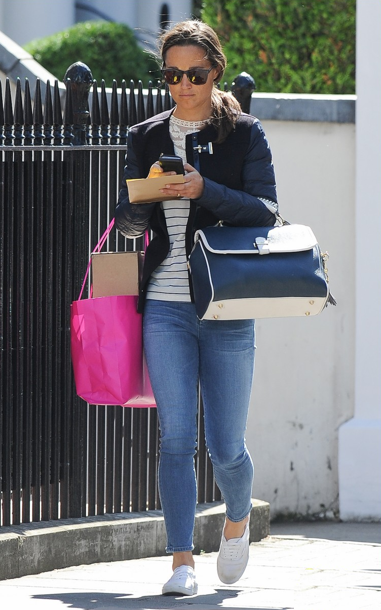 GET THE LOOK OF PIPPA MIDDLETON   JEAN Leggings :  Goldsign Jean  CHAQUETA: Fay Jacket  BOLSO: Paul's Boutique London - Paige Satchel in navy-white. AW13, £65  ZAPATILLAS: Superga Cotu Classic Laceup Sneaker  £ 84  ANTEOJOS: Carrera Carrera 6000 Carrera £ 57
