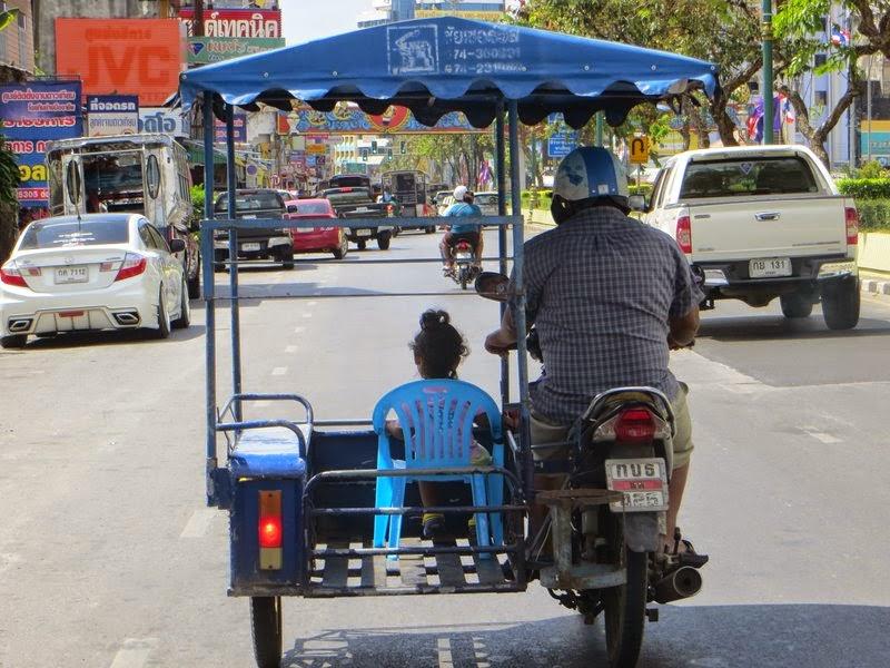 Ребенок на скутере с отцом