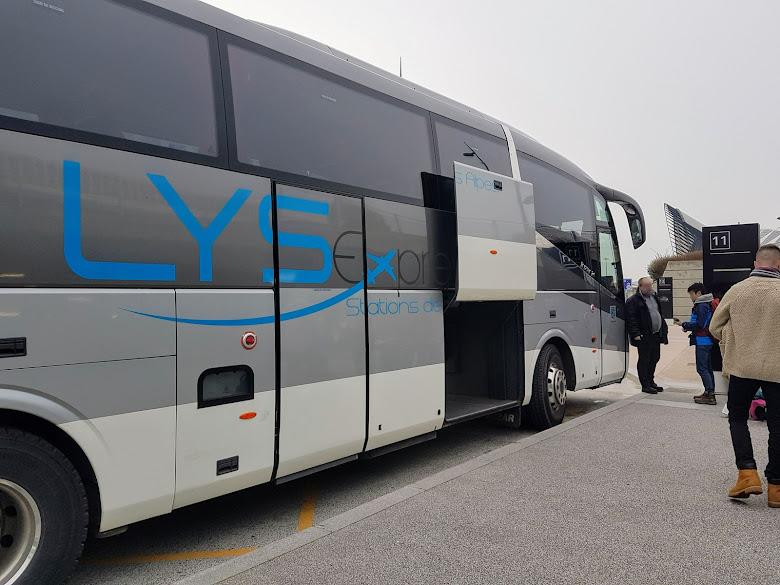 Bens Bus 所準備的巴士,似乎是多個公司聯運 (?)