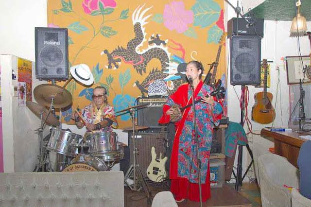 Tomomi, drummer, Sari, singer, onstage
