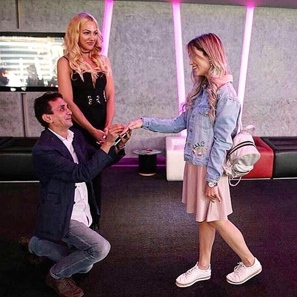 """Cerere în căsătorie inedită: O fană a spus """"DA"""" iubitului ei, în fața lui Meryem Uzerli!"""