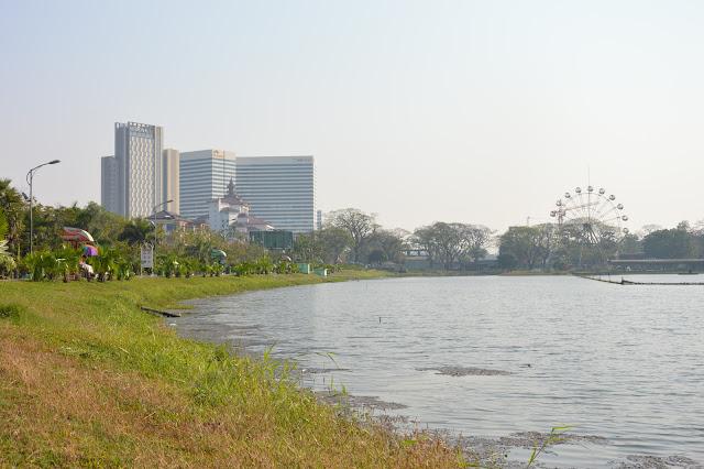 Aux abords du Lac à Yangon