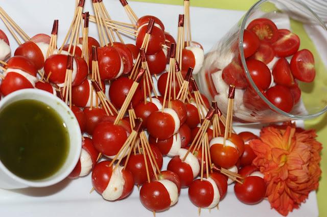 Fingerfood zum Hochzeitsempfang Tomate Mozzarella - Hochzeit in Grün und Weiß im Riessersee Hotel Garmisch-Partenkirchen Bayern, Regenhochzeit im Sommer, Wedding Bavaria - wedding green white