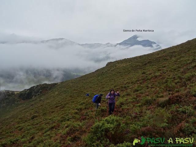 Ruta al Pico Castillo y la Rozada: Subiendo al Pico Castillo con Peña Manteca detrás