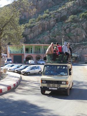 Furgoneta de pasajeros en el Puente de Imi-n-ifri