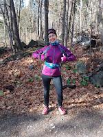 Coureuse en trail confiante pouce en l'air