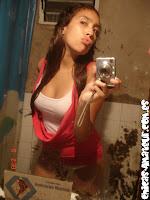 Majo muestra sus tetas en frente al espejo