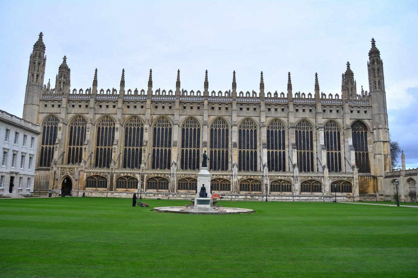 Voici la King's Chapelle depuis la cour intérieure du collège. Les 12 grandes fenêtres à vitraux datent du XVIème siècle.