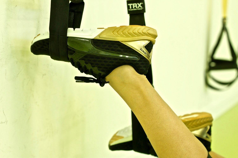 zapatillas deporte negra y dorada