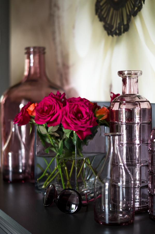 Blog + Fotografie by it's me! | fim.works | Geburtstagsblumen in Knallfarben | pinkfarbene Rosen | rosafarbene Flaschen